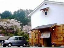 水鳳園 入口蔵門より合掌村桜並木を望む