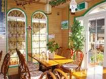 朝日が差し込む明るい朝食ラウンジ。テーブル席でゆったりと。朝ごはんはこちらで召し上がれ♪