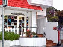 白い外壁と赤い屋根、赤い燈籠がアクセントの古っ都ん。