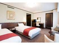 【デラックスツイン 寝室】ベッド幅120cmが2台。最上階からの眺めをご堪能ください。