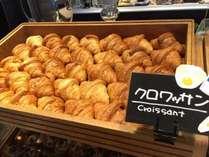 パンコーナー(クロワッサン)のパンは毎日焼きたてをご用意しております。