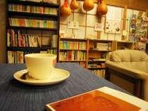 ロビーの一角は観光情報&図書コーナー。小説・児童書・漫画など。