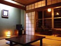 和室八畳+控の間二畳+広縁三畳、ウオシュレット、洗面所、鉄筋造りのため、寛げる。