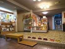 玄関ホール。たくさんのひょうたんとひょうたんランプがお客様をお迎えします。