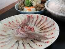 名物「鯛しゃぶしゃぶ鍋」。サッと出汁にくぐらせることでギュッと身がしまり甘みが増す♪