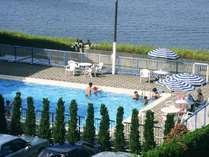 柴山潟に面した、解放感たっぷりの屋外プールはお子様にも大人気!【毎年7月下旬~8月末】