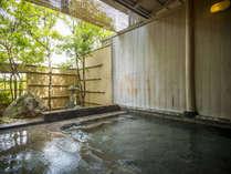 明るい光が差し込む露天風呂。豊富な源泉をたっぷりとお楽しみください。