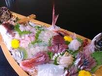 旬のとれたて新鮮なお刺身をたっぷり盛りこんだ人気の舟盛に大満足。