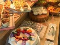 モーニングビュッフェでは和洋のお料理に加え、旬のフレッシュフルーツやスイーツもご用意しております。