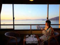 目線に広がる、橘湾の大海原。夕陽の時刻は息をのむ美しさです。