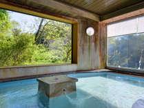 *大浴場/温かい湯船に浸かり、大きな窓から望む天竜渓谷の絶景をご堪能下さい。
