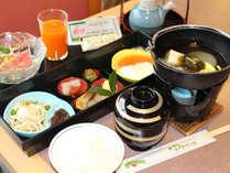 【朝食】からだにやさしい和定食をご用意。ご飯やドリンクはセルフコーナーよりご自由にどうぞ♪