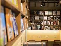 ■1F共用ラウンジ/函館 蔦屋書店のコンシェルジュが、働く人と旅する人に向けセレクトした本をご用意