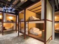 ■男女混合ドミトリー/2段仕様のベッド。読書灯、コンセント(USB有)、セキュリティボックス完備