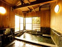 館内に温泉は2か所、貸切利用も可。ナトリウム硫酸塩泉の良質な湯で不調を一掃