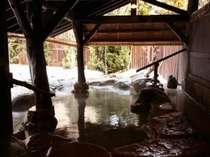 豊かな自然の神との語らいを意味する・法灯の湯。百年前の湯浴みをお楽しみ下さい。