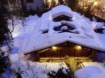 百年前の温泉を再現した『ゆ瞑み』の露天風呂。すっかり雪化粧したその姿はなんとも情緒たっぷり。