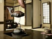 ふるさと館 和室+和室タイプ。お部屋の囲炉裏(電気式)で美味しいお茶をどうぞ。