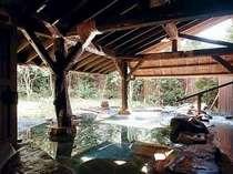 百年前の湯浴みを再現したふるさと館専用の露天風呂『法灯の湯』はうれしい源泉100%。