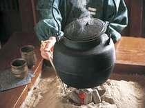ほっとひと息、おいしいお茶しませんか!ロビー横のいっぷく庵では鉄瓶のお湯でティータイムをどうぞ。