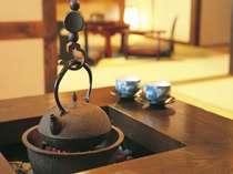 囲炉裏を囲んで鉄瓶の湯で入れたおいしいお茶をどうぞ。家族団欒のいい時間。