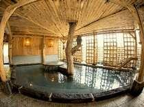 """檜の香りいっぱいの展望風呂""""仙人の湯""""木のぬくもりに包まれてじっくり温まって!"""