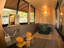 【温泉付】3階和洋室:302号室。小さめ湯船は陶器製。お湯はもちろん温泉です!!