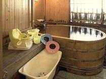 チャイルドチェアやベビーバスもセットされた貸切檜風呂でボクもママも安心快適に温泉を楽しもう