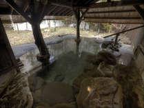 源泉かけ流し露天風呂『ゆ瞑(め)み』古木を用いて造った露天風呂です