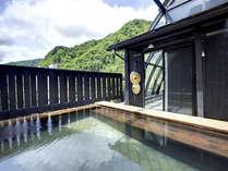 8階展望露天風呂からは定山渓の美しい山々を季節ごとに楽しめる。