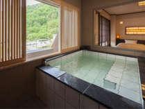 【7階特別フロア:温泉付デラックスツイン/721号室】室内の展望温泉でゆっくりと♪