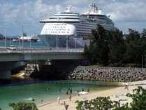 当館徒歩約7分の波の上ビーチと反対側には若狭バースに外国客船が停泊