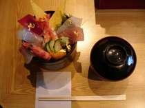 【いきいき亭】海鮮丼。※営業時間11:30~14:00、17:30~22:00※ネタが終了次第閉店