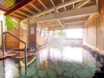 【露天風呂】広々とした温泉で身体を芯からあたためながら、四季折々の自然をお楽しみください。