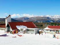 【ホテル外観】スキー場側は一面に銀世界が広がっています。