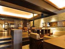 【ウェルカムロビー】暖炉やソファがあり広々としたロビースペース