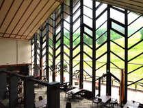 【レストラン】目の前に広がる豊かな八幡平の大パノラマをお楽しみください。