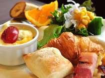 【朝食ブッフェ】地元食材をたっぶり使用したブッフェをお楽しみください(一例)