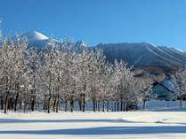 【冬の景観】深い雪の中 三角屋根のホテル外観と遠方の岩手山