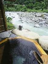 川のせせらぎを聴きながら、源泉掛け流しの温泉をゆったりと愉しめる貸切露天のひとつ