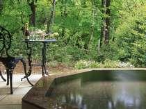 ゆっくり足を伸ばせる直径160cmの大きな専用露天風呂