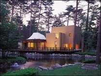 【外観】赤松の林に囲まれて水辺に点在するラグジュアリーコテージ例