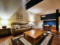 【フォースルーム】リビングにキッチンや暖炉も備え、別荘感覚でお過ごし頂けます(客室一例)