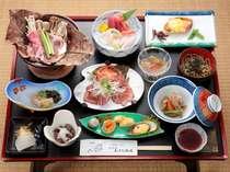 ご夕膳一例(エゴマ豚の朴葉陶板鍋は当館オリジナル!季節野菜やキノコとご一緒に)