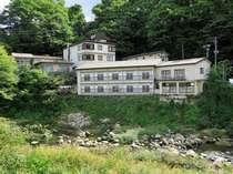 摺上川に面して立つ昔からの名湯旅館です♪
