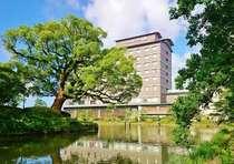 自然豊かな佐賀城跡お濠沿いに位置するホテル
