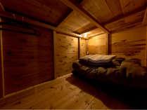 木で囲まれたボックスベッドはまるで秘密基地!