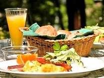 緑豊かなテラスで美味しい空気と共に、自慢の朝食(一例)