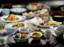 当地の特色を活かした季節の会席料理をお届けいたします。
