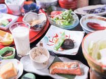 【朝食】ごはんに合うおかずや小鉢など品数多く揃えております。たくさん召し上がってくださいね!/例